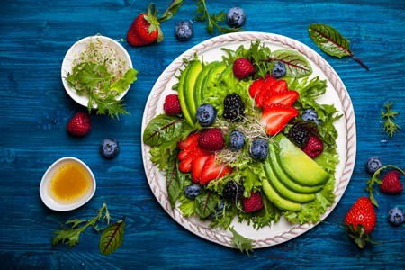 Low_Carb_Beeren_Avocado_Salat